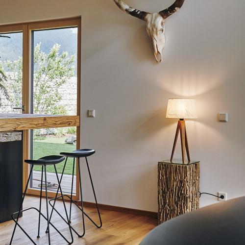 Ligna Bla¦êtter Wohnraum 1000x1000px 1 500x500 - LIGNA – Tischleuchte Holzfuß Blätter