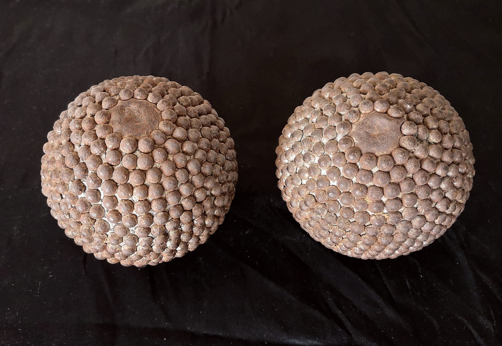 Antikes Boule, Pétanque Kugel aus Holz, mit runden Nägeln
